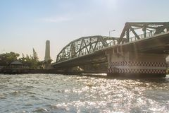 Le pont commémoratif, connu sous le nom de pont de Phra Phuttayotfa, un pont en bascule au-dessus de Chao Phraya River à Bangkok, photographie stock libre de droits