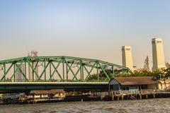 Le pont commémoratif, connu sous le nom de pont de Phra Phuttayotfa, un pont en bascule au-dessus de Chao Phraya River à Bangkok, image stock