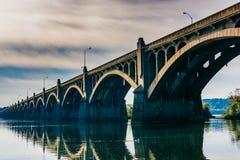 Le pont commémoratif de vétérans se reflétant en rivière Susquehanna Photos libres de droits