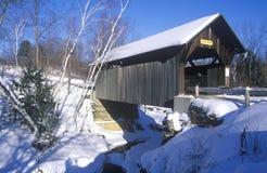 Le pont couvert de Goldbrook dans Stowe, Vermont pendant l'hiver photographie stock
