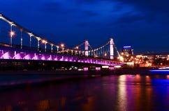 Le pont criméen à Moscou la nuit photographie stock libre de droits