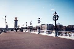 Le pont d'Alexandre III à travers la Seine à Paris photographie stock
