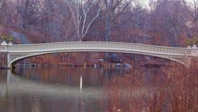 Le pont d'arc au lever de soleil tranquille dans le Central Park, New York City Photos stock