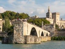 Le pont d'Avignon et le palais papal dans la ville d'Avignon, au sud de la France Le pont et le palais chacun des deux sont const photographie stock libre de droits