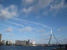 Le pont d'Erasmusbrug et quelques bâtiments de ville à Rotterdam, Pays-Bas photos stock