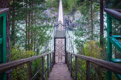 Le pont dans la montagne Altai vers l'île de Patmos photographie stock