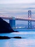 Le pont de baie et l'île de Yerba Buena au crépuscule Photographie stock