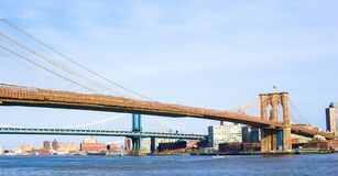 Le pont de Brooklyn au-dessus de l'East River a regardé de nouveau Photos stock