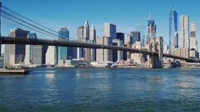 Le pont de Brooklyn célèbre à New York, Etats-Unis Jour clair d'automne, matin banque de vidéos