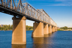 Le pont de chemin de fer au-dessus de la rivière Image libre de droits