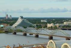 Le pont de chemin de fer en acier à Riga, Lettonie sur la rivière de dvina occidentale image libre de droits
