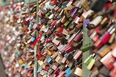 Le pont de chemin de fer de Hohenzollern à Cologne ou le pont célèbre en serrures d'amour du ` s de Cologne avec des milliers pad Images stock