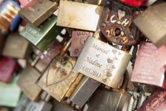 Le pont de chemin de fer de Hohenzollern à Cologne ou le pont célèbre en serrures d'amour du ` s de Cologne avec des milliers pad Image stock