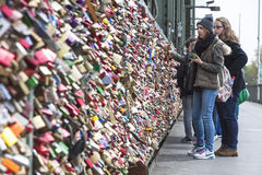 Le pont de Hohenzollern à Cologne avec amour personnel padlocks Photo libre de droits