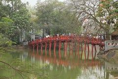 Le pont de Huc sur le lac Hoan Kiem photographie stock libre de droits