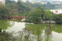 Le pont de Huc sur le lac Hoan Kiem Photo libre de droits