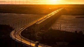 Le pont de Khabarovsk est un pont de chemin de fer de route, qui croise le fleuve Amur chez Khabarovsk photographie stock libre de droits