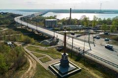 Le pont de Khabarovsk est un pont en route et en rail, qui croise le fleuve Amur dans la ville de Khabarovsk, la Russie orientale photographie stock libre de droits