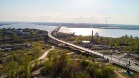 Le pont de Khabarovsk est un pont en route et en rail, qui croise le fleuve Amur dans la ville de Khabarovsk, la Russie orientale photos libres de droits