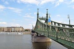 Le pont de liberté du vert à Budapest à travers le Danube relie les deux banques de Buda et de parasite photographie stock