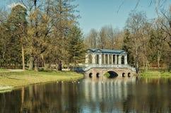 Le pont de marbre dans Catherine Park dans Tsarskoye Selo Image libre de droits