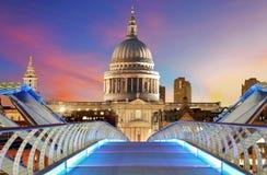Le pont de millénaire mène à la cathédrale de St Paul dans Lon central Photo stock