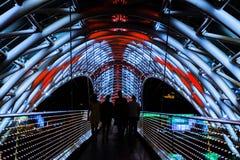 Le pont de paix la nuit a tiré avec la longue technique d'exposition, Tbilisi Photo stock
