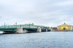 Le pont de palais au-dessus de Neva River, St Petersbourg, Russie Photo libre de droits