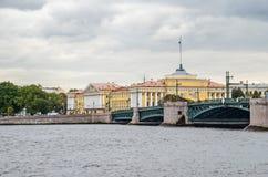 Le pont de palais et le bâtiment d'Amirauté dans le saint Peterburg Photographie stock libre de droits