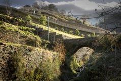 Le pont de pente et de pierre au village de Piodao, Arganil Images stock
