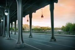 Le pont de Pont de BIR-Hakeim Photos stock
