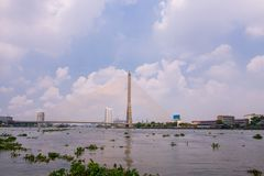 Le pont de Rama VIII au-dessus de Chao Phra Ya River à Bangkok, Thaïlande image stock