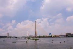 Le pont de Rama VIII au-dessus de Chao Phra Ya River à Bangkok, Thaïlande photos stock
