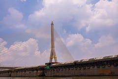Le pont de Rama VIII au-dessus de Chao Phra Ya River à Bangkok, Thaïlande photographie stock libre de droits