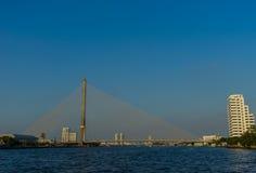 Le pont de Rama VIII au-dessus du fleuve Chao Praya image stock