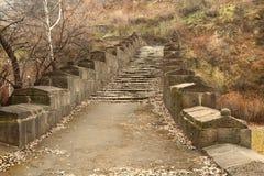 Le pont de Sanahin avec des chiffres des chats dans la région de Lori, Arménie Image stock