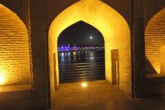 Le pont de SI-o-Se-Pol la nuit avec l'ouverture de voûte vers la rivière, et la ville sous la pleine lune photographie stock