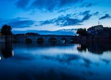 Le pont de Tiberius à Rimini au coucher du soleil photos libres de droits