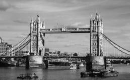 Le pont de tour noir et blanc image libre de droits
