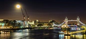 Le pont de tour par nuit avec la lune Image stock