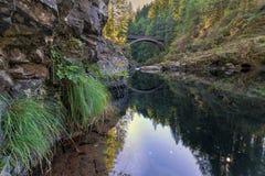 Le pont de voûte chez Moulton tombe parc au-dessus de Lewis River Photographie stock