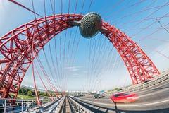 Le pont de Zhivopisny est pont câble-resté cette rivière de Moscou d'envergures Image stock