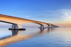 Le pont de Zélande en Zélande, Pays-Bas au lever de soleil Images libres de droits