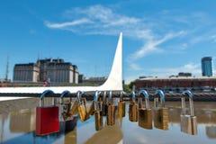Le pont des femmes avec amour ferme à clef, Buenos Aires Argentinien Photographie stock libre de droits