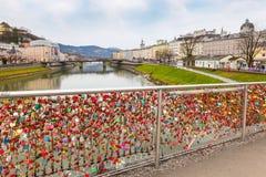 Le pont des serrures et Salzbourg se retranchent à travers la rivière de Salzach en Autriche Photographie stock