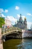 Le pont devant le sauveur sur le sang renversé dans le St Petersbourg, Russie images libres de droits
