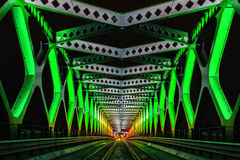 Le pont en acier a éclairé pendant la nuit blanche de festival d'art dedans, Brati Photo stock