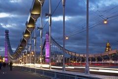 Le pont en acier de Krymsky de suspension la nuit à Moscou Photos stock