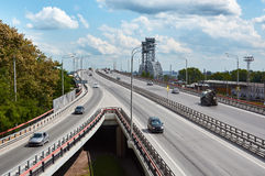 Le pont en automobile par le fleuve Don Photo stock