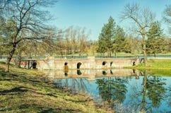 Le pont en barrage dans Catherine Park dans Tsarskoye Selo Photo libre de droits